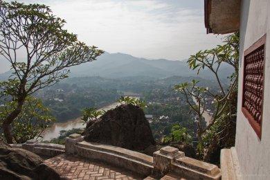 Blick vom Tempelberg Phou Si auf den Fluss Nam Khan in Luang Prabang
