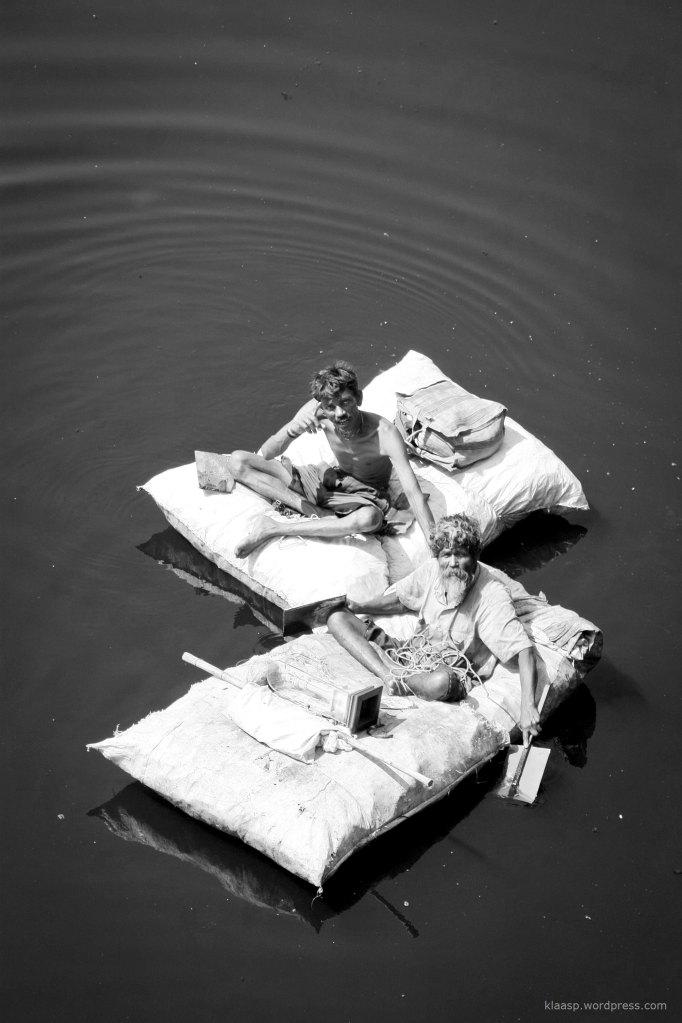 Diese beiden haben sich ein Floß aus Müll gebaut, um Opfergaben direkt aus der Mitte des Sabarmati River zu stehlen. Gläubige Hindus übergeben hier heilige Gegenstände und Essen dem Fluss, indem sie es von der Brücke werfen.